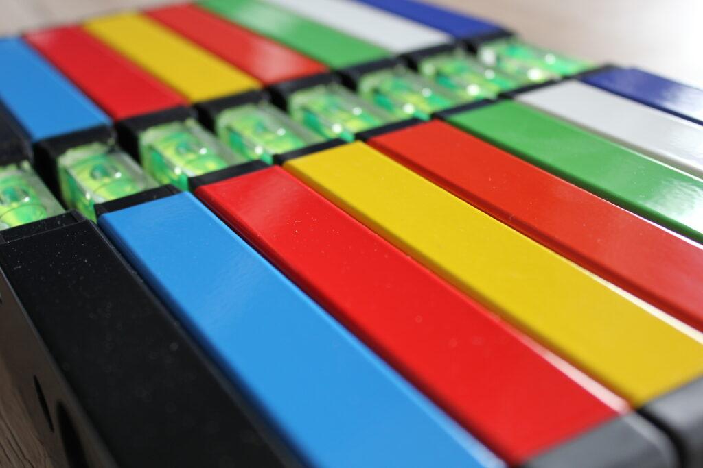 Wasserwaage mit hochwertiger Pulverbeschichtung - standardmäßig in 30 cm in vielen Farben - individuell anpassbar (Länge, Skalierung etc.) - optional mit Ihrem Werbedruck