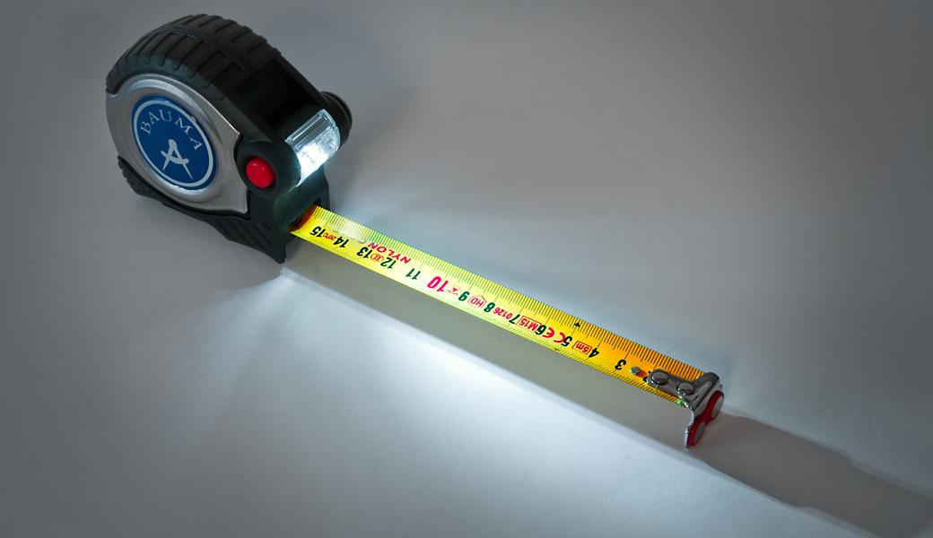 Gehobenes Rollbandmaß mit metrischer Skalierung (cm/mm) - Licht, Magnet, automatischer Stoppfunktion