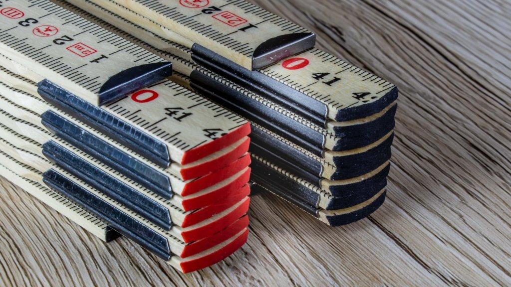 schmaler Zollstock mit außenliegenden Metallbeschlägen - Glasbirkenholz - Druckfläche ca. 120 x 24 mm