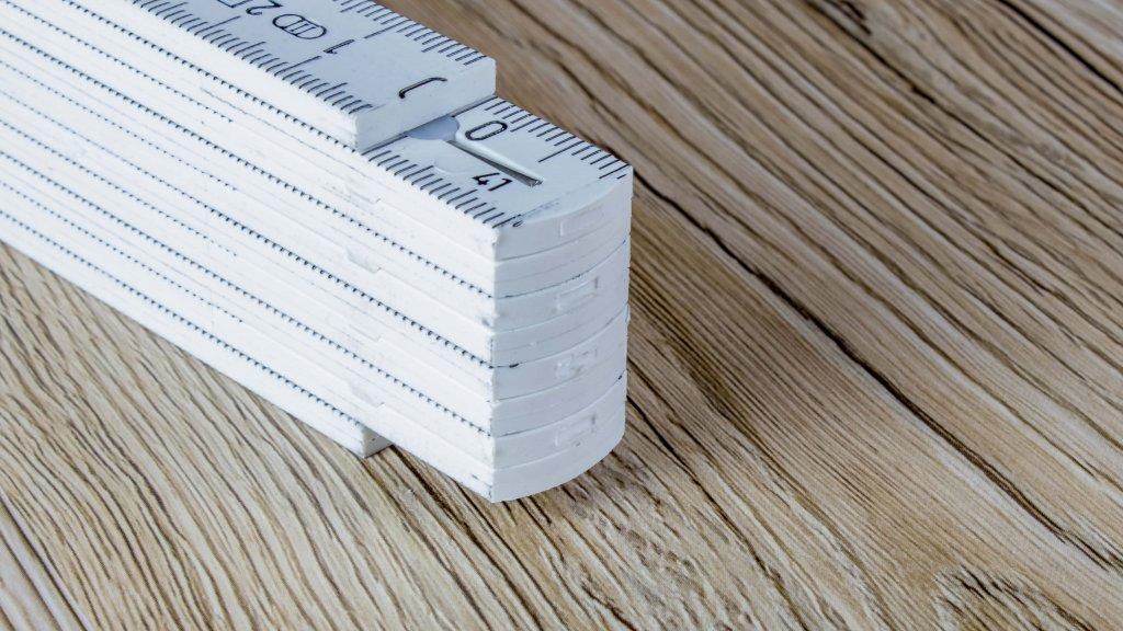 ritz-und kratzfester Kunststoffmaßstab der gehobeneren Qualität - rastet bei 90 Grad ein
